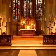 Das Sanktuarium, der Hochchor der Kirche, birgt die spirituell bedeutendsten Ausstattungsstücke: den Hochaltar, den Schrein mit den Gebeinen der heiligen Gottfried und Otto (links) und das Stifterdenkmal (rechts).