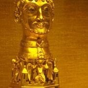 Der Verehrung des Evangelisten dient ursprünglich auch das bedeutendste Stück des Kirchenschatzes: das um 1160 entstandene, aus Kupfer gegossene und vergoldete Johannesreliquiar, der sog. Barbarossakopf.