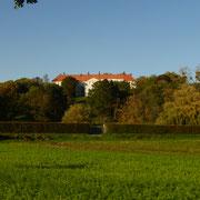 """Cappenberg wird 791 """"zu Zeiten Liudgers, des Bischofs von Münster, und Karls des Großen"""" erstmals erwähnt. Eine Sonderstellung nimmt die Burg schon wegen ihrer Lage auf einer Anhöhe ein, die sie von den zahlreichen Wasserburgen der Umgebung unterscheidet."""