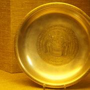 """Die silberne Schale, die die Taufe des """"Fridericus Imperator"""" darstellt, ist allerdings nur eine Kopie; das Original befindet sich heute im Kunstgewerbemuseum Berlin."""