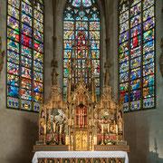 Jüngerer Zeit entstammen die neugotischen Chorfenster und der Hochaltar von 1900, die in ihrer unzerstörten Pracht eindrucksvoll den ältesten Altarstein umschließen, auf dem seit 900 Jahren das christliche Kultmysterium gefeiert wird.
