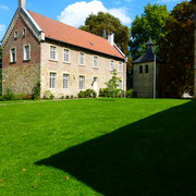 Auf das 16. Jahrhundert geht das Wohnhaus für Kaplan, Küster und Sekretär, das heutige Pfarrhaus zurück.