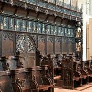 Neuesten Forschungen zufolge entstammt das Chorgestühl einer westfälischen Schnitzerwerkstatt aus dem Raum Coesfeld und weist Verbindungen auf zur Bildhauerfamilie der Brabender.