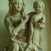 Der Zeit zwischen 1315 und 1330 entstammt auch die lächelnde Madonna im Westen der Kirche, die im 19. Jahrhundert über dem Stifterdenkmal angebracht war.