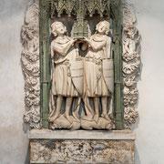 Das Stifterdenkmal Gottfried und Ottos ist eigentlich die Deckplatte einer Grabtumba von etwa 1320, die an zentralem Ort in der Kirche aufgestellt war. Um 1700 hat man sie an die jetzige Stelle im Chor versetzt, wie der barocke Akanthusrahmen zeigt.