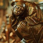 Das Bildprogramm des Chorgestühls umfaßt die üblichen Fabelwesen und Dämonenfratzen,  aber auch Anspielungen auf Tugenden und Untugenden im geistlichen Leben, die den hier zum Gebet versammelten Chorherren nur zu vertraut gewesen sein dürften.