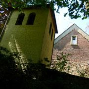 Da die ursprünglich geplanten Westtürme der Kirche nicht zur Ausführung kamen, baute man einen freistehenden Glockenturm.