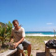 Mit beherzten Schlägen: Das Öffnen einer Kokosnuß kostet Kraft.....