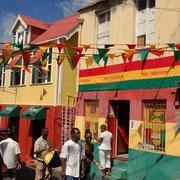 Independent-geschmückte Häuser, fast überall.