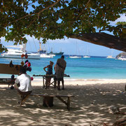 Absolut stressfrei, Souvenierverkäufer am Strand der Admirality_Bay / Bequia,SVG