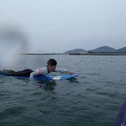 波が無いところでパドリングも念入りに練習します。