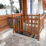 Sous les arcades, accès aux caves directement sur rue / Photo LA