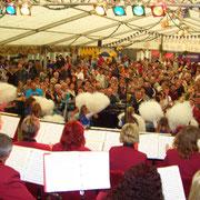 gefülltes Festzelt zum Heimatfest