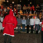 der Weihnachtsmann hatte sogar ein kleines Geschenk für unsere Flötengruppe dabei