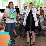 Lehrerin Jennifer Agbai (links) und Schulleiterin Regina Schneider