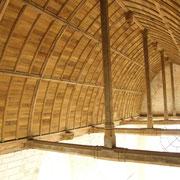 Le plafon en berceau lambrissé de la nef.