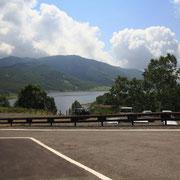 古いロッジがあった場所は駐車場に変わっていました。その分、野反湖がよく見えました。