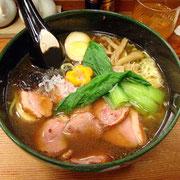合鴨麺。麺はホウレンソウを練りこんだ「翡翠麺」。麺、スープ、具のすべてが優しいおいしさ。他にもメニューが豊富。