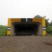 巨大な用途不明の建造物。不発弾処理場? 分厚いコンクリート、奥には砂が摘んである。