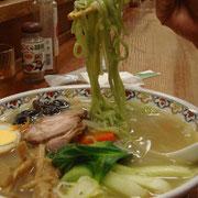 麺はホウレンソウを練りこんだ「翡翠麺」 緑色がかっている
