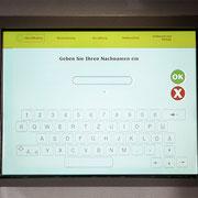 Bei Buchung über Homepage oder Buchungsplattform: Angabe Familienname oder Reservierungsnummer