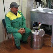 Giovanni attende con soddisfazione il fresco olio.