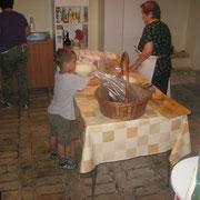 Nicolò aiuta in cucina.