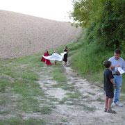 Le fate scendono verso il fosso (Beatrice, Stella e Viola).