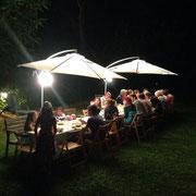 Cena sull'aia. Si intravedono le giovani cameriere (Beatrice, Stella e Viola) che servono la cena.