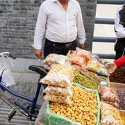 周辺でドライフルーツやナッツ類を売るウイグル族のおじさん [2010/11/29]