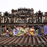 屋根上の精巧な彫刻群 [2010/11/29]