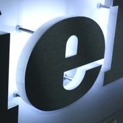 LED Beleuchtung für Plexiglasbuchstaben als Rückleuchter, frontseitig Edelstahl