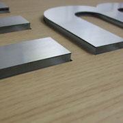 Holzplatte ausdekupiert und passgenaue Buchstaben durchgesteckt - für uns kein Problem