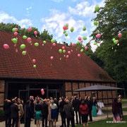 Ballonflug in grün und pink anlässlich einer Hochzeit