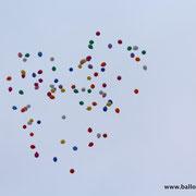 Ballonaufstieg anlässlich einer Trauerfeier, durch Zufall entstand eine Herzform
