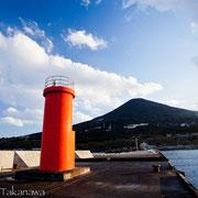 桟橋から宮塚山を見上げる