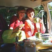 ...und am Sonntag morgen: ganz nobel im VW - Bus frühstücken...