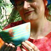 Julia Arnold mit Keramikschüssel
