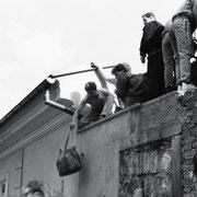 Über eine Mauer konnte man noch ins Botschaftsgelände gelangen, wenn die tschechischen Posten außer Sicht waren.