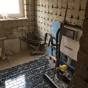 Entfernen der Wand und Bodenfliesen in einem Bad