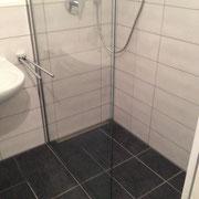 Montage einer Duschabtrennung in einer ebenerdigen Dusche
