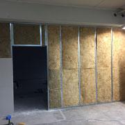 Stellen einer Trockenbauwand in einem Büro