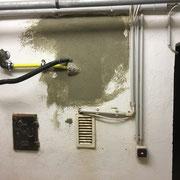 Verputzen einer Gasleitung im Keller