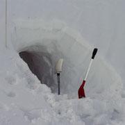 Biwakhöhle im Schnee, Region Pyhrn Priel