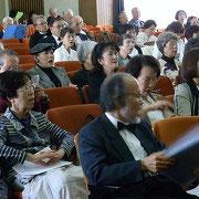 舞台でのピアノ演奏に唱和する観客