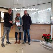 Unser Mitarbeiter Herr Knüver überreicht den Gutschein unserer Gewinnerin Nina Oeinck aus dem Gewinnspiel # 2