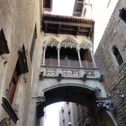 dans la rue del Bisbe:pont de style gothique (1928)