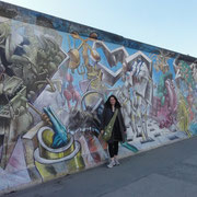 Vanina devant le Mur à East-Side-Gallery