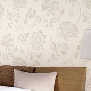 Dezente weiße Blumentapete im Schlafzimmer