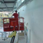 Bei einer Höhe der Akustischen Wandfläche von 19,00m, Putzapplikation mit Steiger